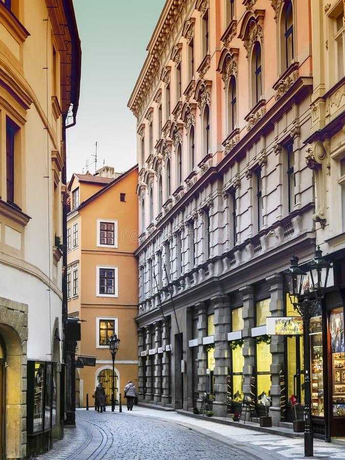 De stemming van de avond in smalle straat in Praag royalty-vrije stock foto