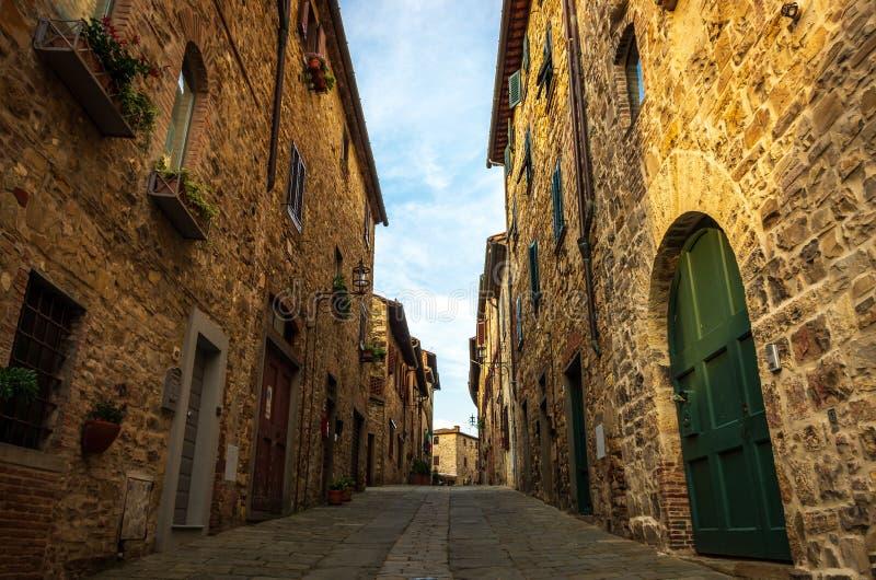 Smalle straat in middeleeuws dorp van San Donato in Poggio in de gemeente van Tavarnelle Val di Pesa in Toscanië, Italië stock afbeelding