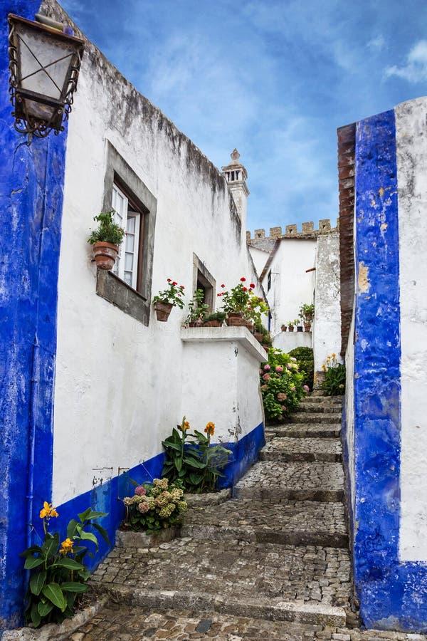 Smalle straat middeleeuwse stad Obidos, Portugal stock foto's