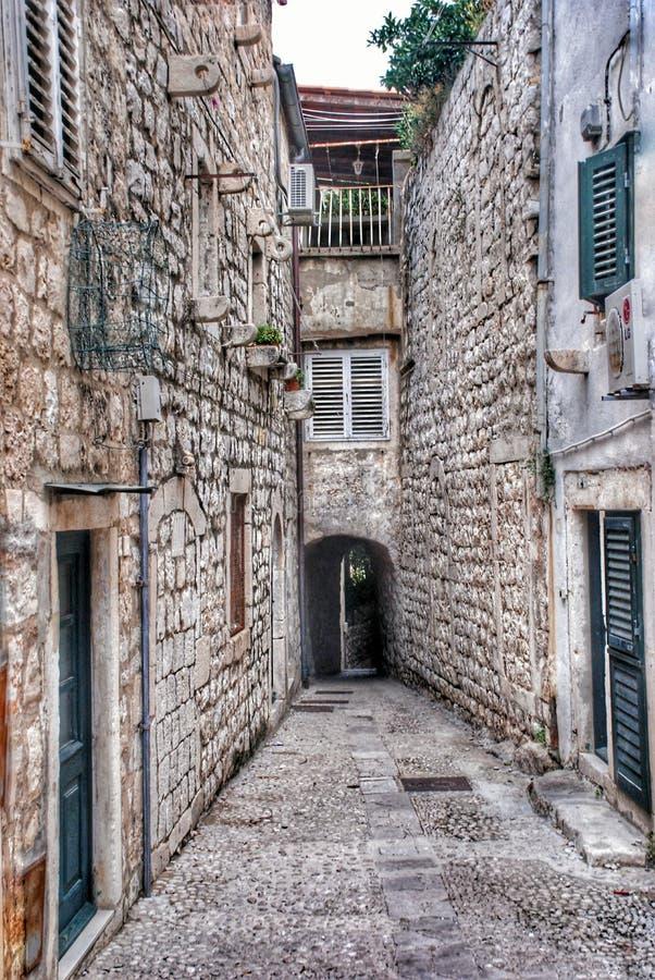Smalle straat in oude stad Dubrovnik, Kroatië stock fotografie
