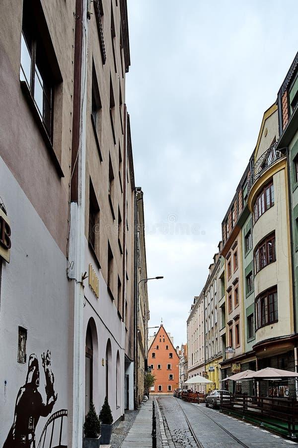 Smalle straat in oude stad Wroclaw Polen met de holding Garfield van Darth Vader op zijn handgraffiti Rebecca 36 stock afbeelding