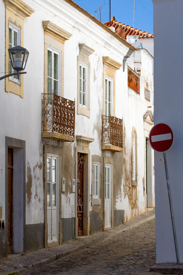 Smalle straat in Portugal stock afbeelding
