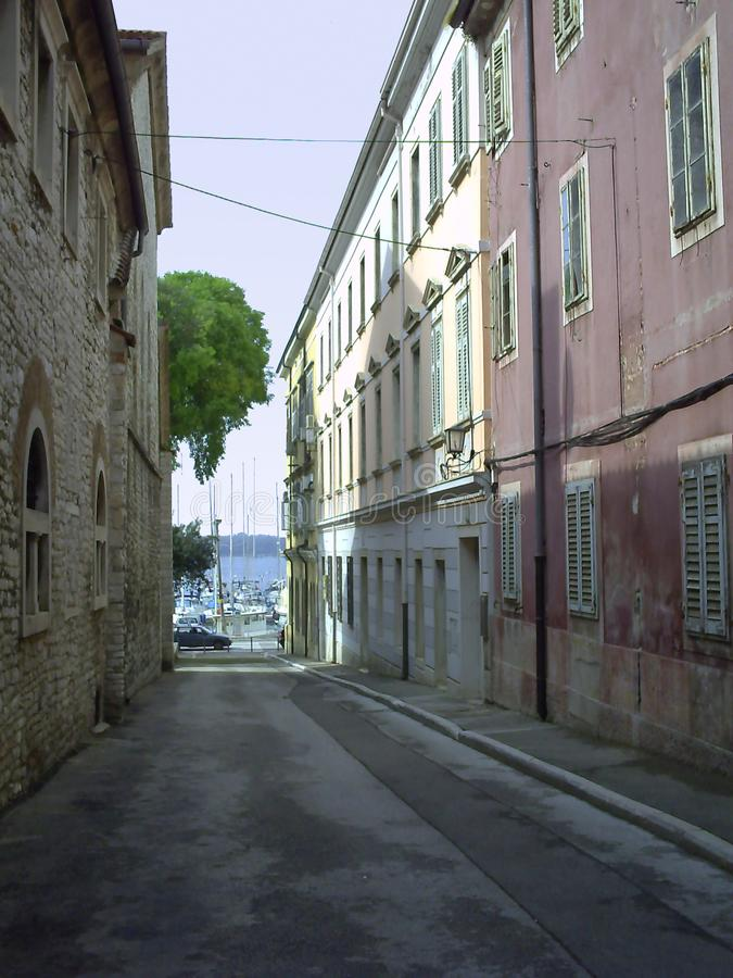 Smalle straat in Pula stock foto
