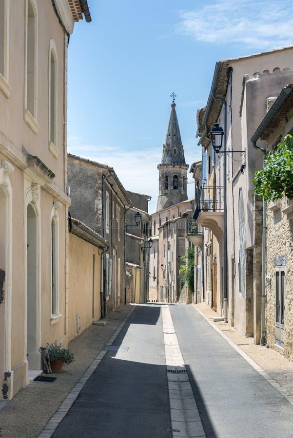 Smalle straat in stadscentrum van heilige-Saturnin-les-Geschikt, klein royalty-vrije stock foto's