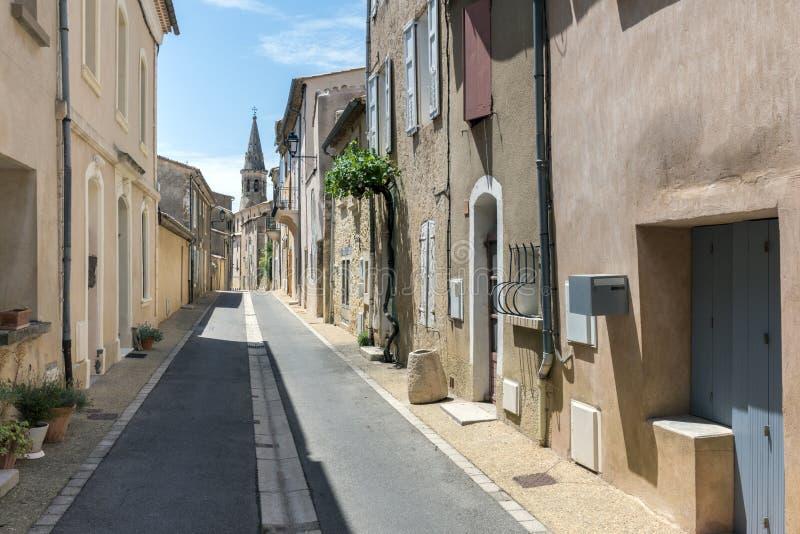 Smalle straat in stadscentrum van heilige-Saturnin-les-Geschikt, klein stock foto