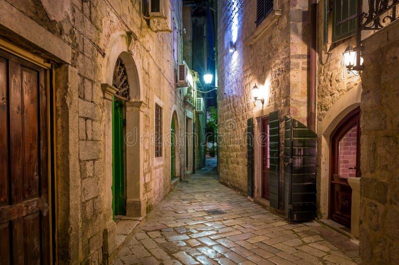 Smalle straat van de Kotor de historische stad stock afbeeldingen