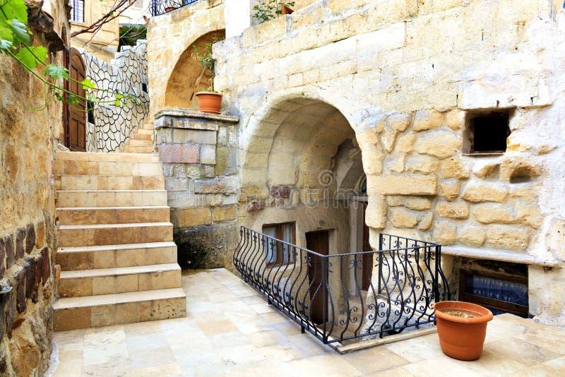 Smalle straat van de oude stad van Goreme in centraal Turkije stock afbeeldingen