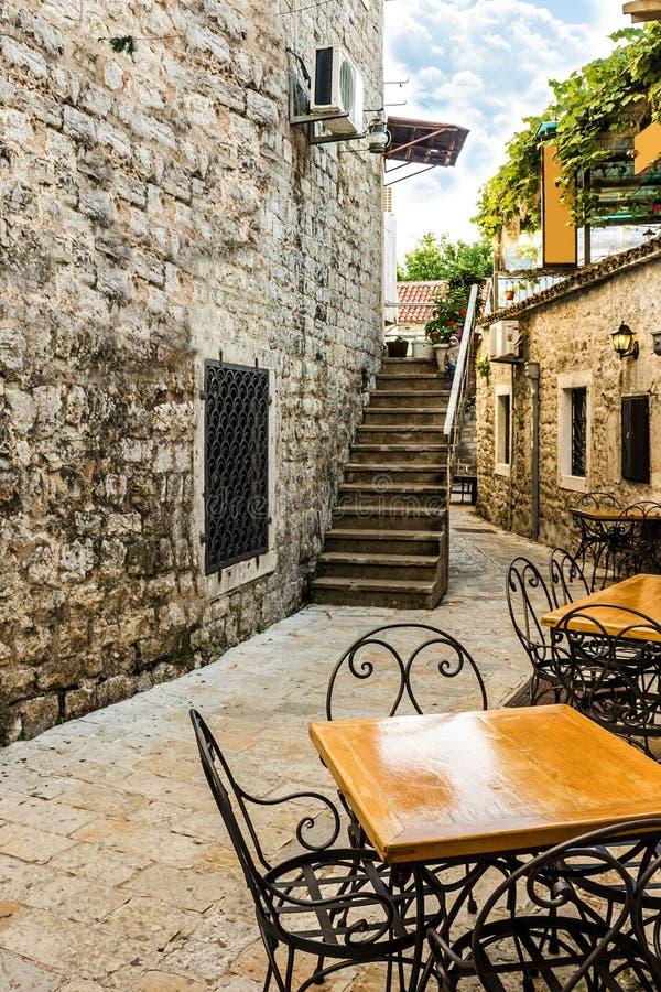 Smalle straat van stad Budva, Montenegro stock afbeeldingen