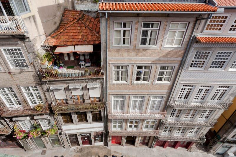 Smalle stratenmening van hoogste vloer, historische gebouwen, tegeldaken en kleurrijke muren stock foto's