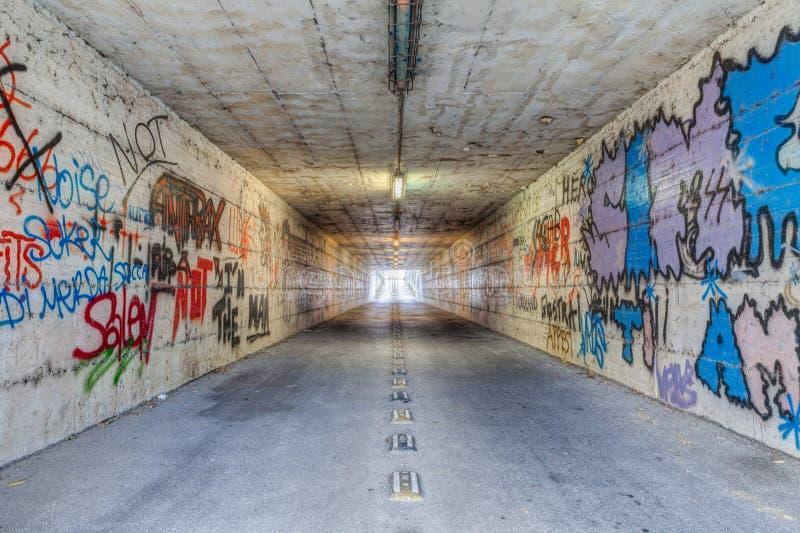 Smalle tunnel met graffiti stock afbeelding