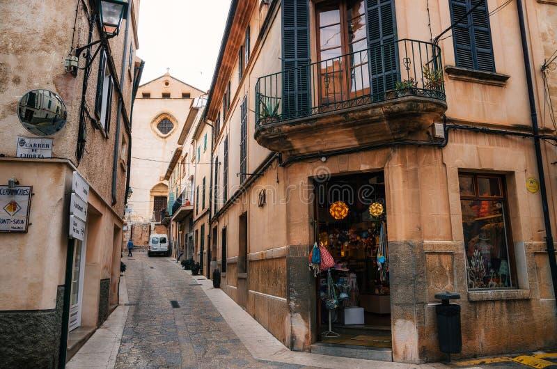 Smalle windende straten in Pollensa met zijn traditionele steenhuizen royalty-vrije stock afbeelding