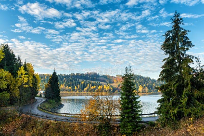 Smalle windende weg langs het meer, de herfstlandschap royalty-vrije stock fotografie