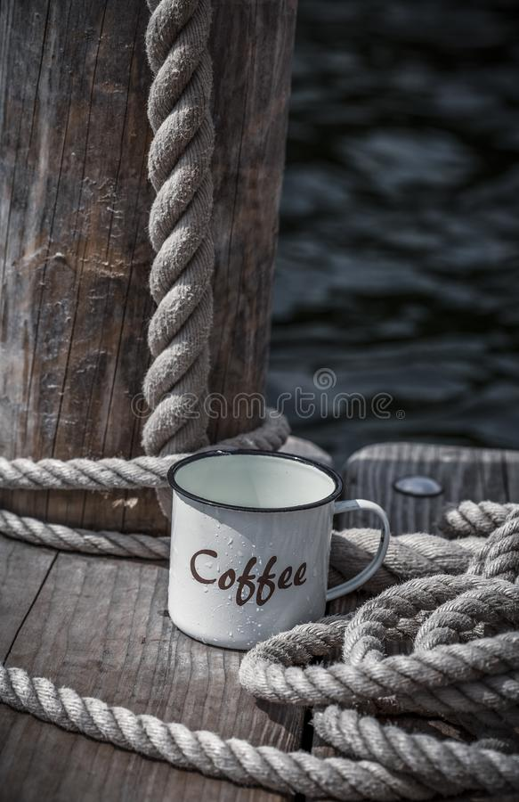 Smalti la tazza da caffè e la corda immagini stock libere da diritti