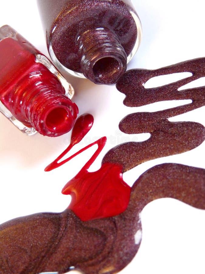 Smalto di chiodo rosso e marrone fotografie stock libere da diritti