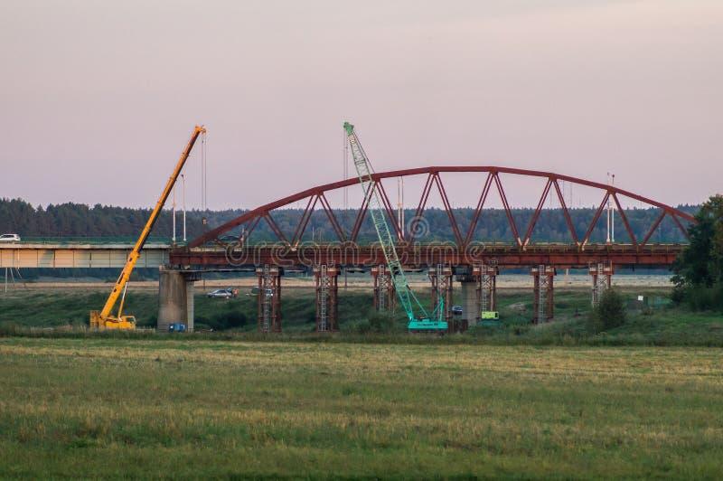Smantellamento del ponte vecchio nella regione di Kaluga di Russia sul fiume di Ugra immagine stock
