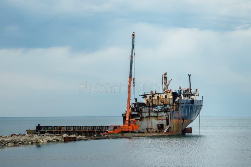 Smantellamento della nave arrugginita vecchia alla ferraglia fotografia stock