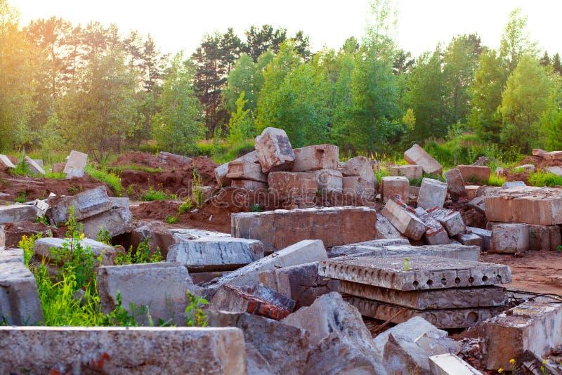 Smantellamento di una costruzione di mattone vecchia Detriti di costruzione e materiali da costruzione fotografia stock libera da diritti