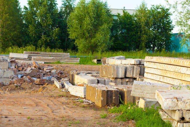 Smantellamento di una costruzione di mattone vecchia Detriti di costruzione e materiali da costruzione fotografie stock
