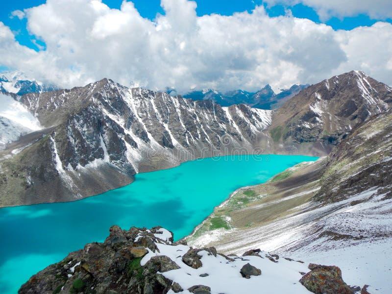 Smaragd woda mglisty ałunów Kul jezioro w Terskey Alatoo górach, fotografia stock