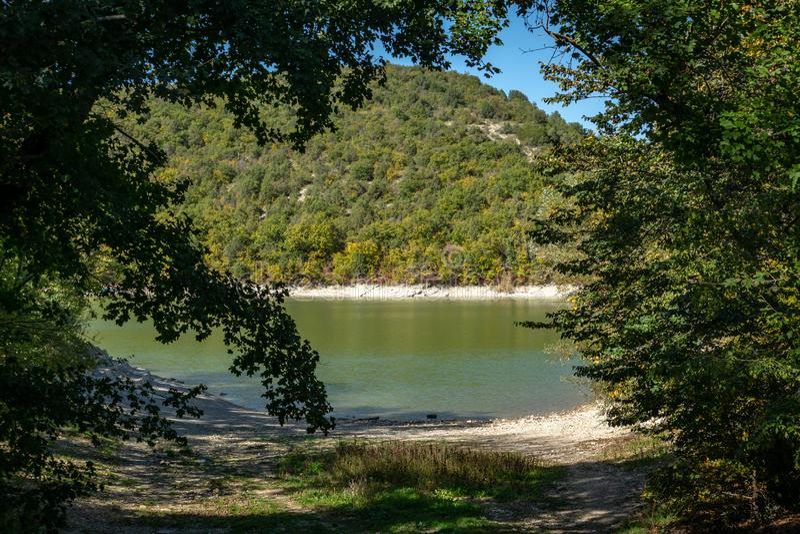 Smaragdgroen die water van een meer in Sukko, tegen de achtergrond van een berg met bossen wordt behandeld Natuurlijke Schoonheid royalty-vrije stock foto's