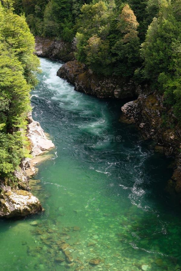 Smaragdgroen rivierwater in Patagonië, Chili met whitewater royalty-vrije stock afbeeldingen