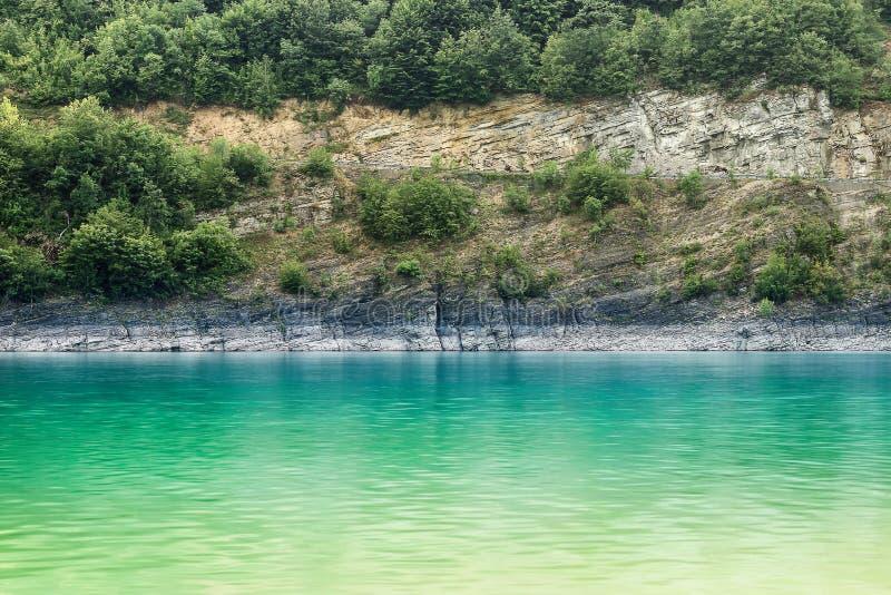 Smaragdgroen, zijdeachtig water van het meer van de onduidelijk beeldmotie royalty-vrije stock foto's