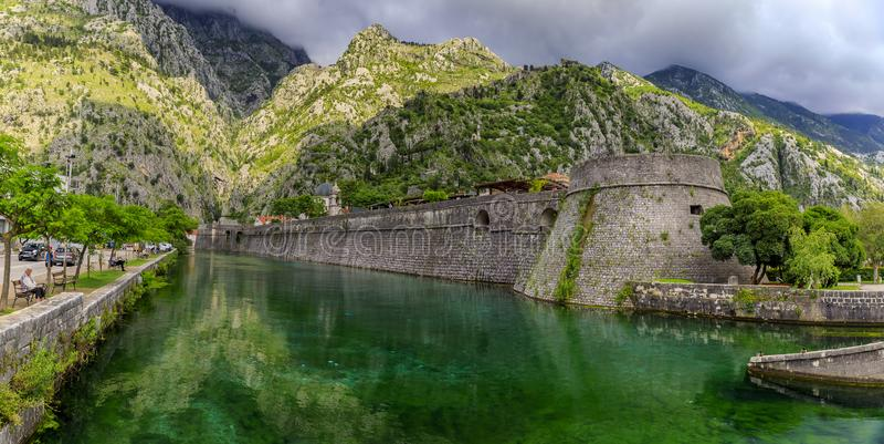 Smaragdgroene wateren van Kotor-Baai of Boka Kotorska en de oude muur van de vroegere Venetiaanse vesting van Kotor in Montenegro stock fotografie