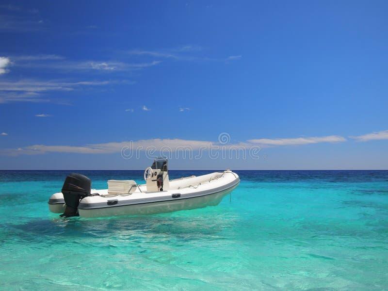 smaragdhavsspeedboat arkivfoton