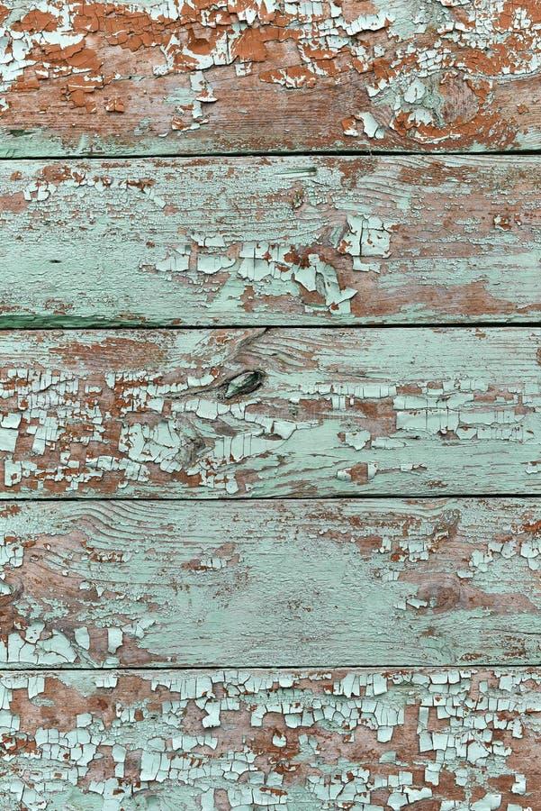 Smaragdschatten f?rbte gebrochene Farbenschale auf h?lzerner Beschaffenheit stockbild