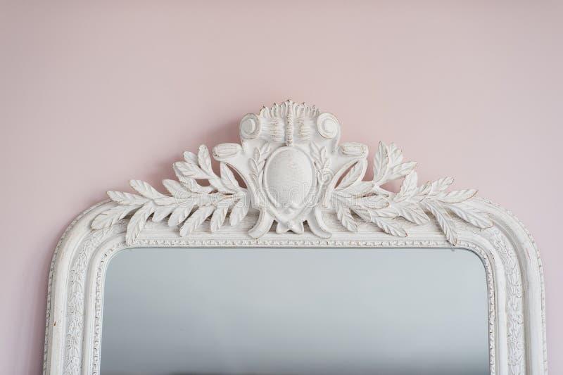 Smaragdspiegel werden mit den dekorativen Elementen des Stucks der Renaissance verziert, barock stockfoto