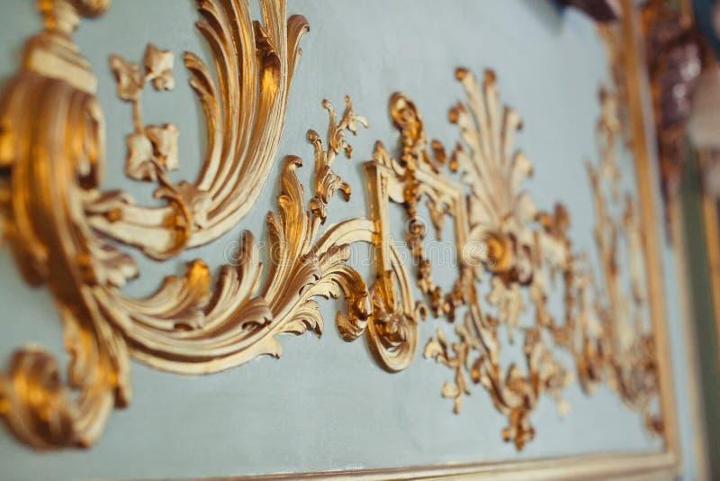 Smaragdväggar dekoreras med dekorativa beståndsdelar för den guld- stuckaturen royaltyfria foton
