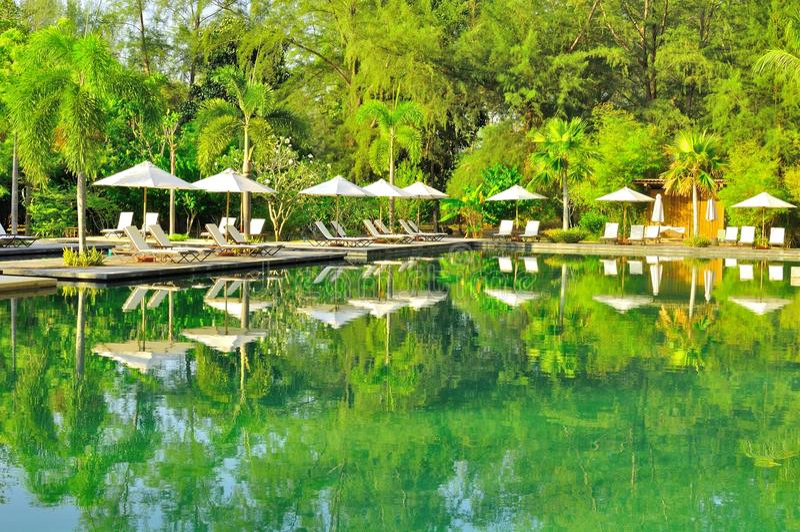 Smaragdwasser in Strand Tanjung Rhu, Langkawi, Malaysia lizenzfreie stockfotografie