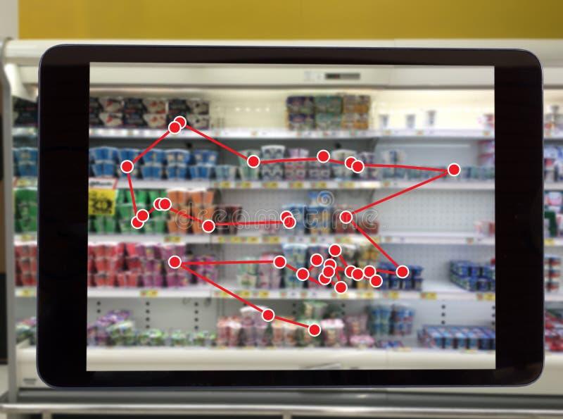Smart återförsäljnings- begrepp, robotservicebruk för kontroll datan av eller diversehandeln fotografering för bildbyråer