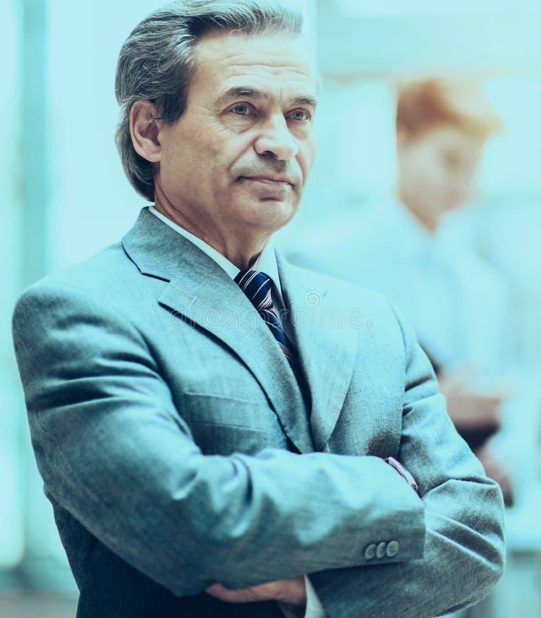 Smart affärsman som åldras med ett lag av vänner, diskussion i th royaltyfri fotografi