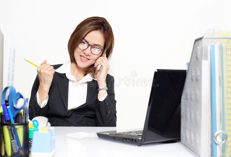 Smart agera för affärskvinna som är glat, och framgång med henne målkund arkivfoton