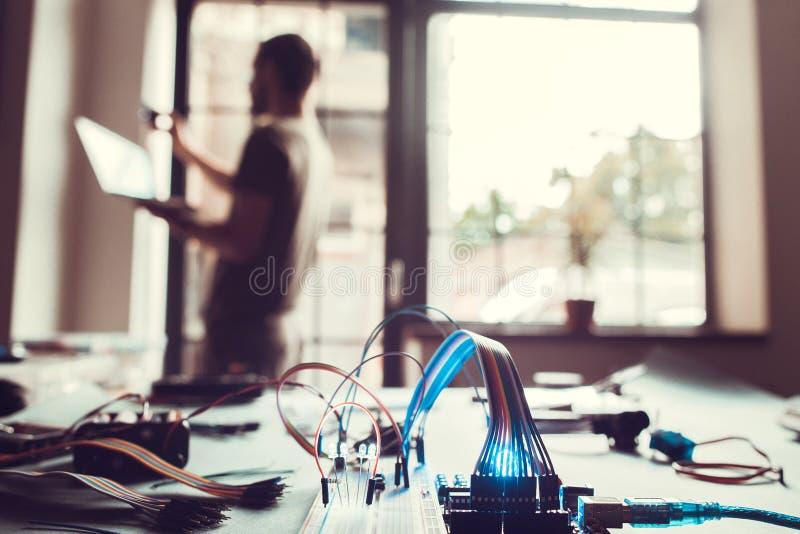 Smart anslutning för hem- system till huset och provningen fotografering för bildbyråer