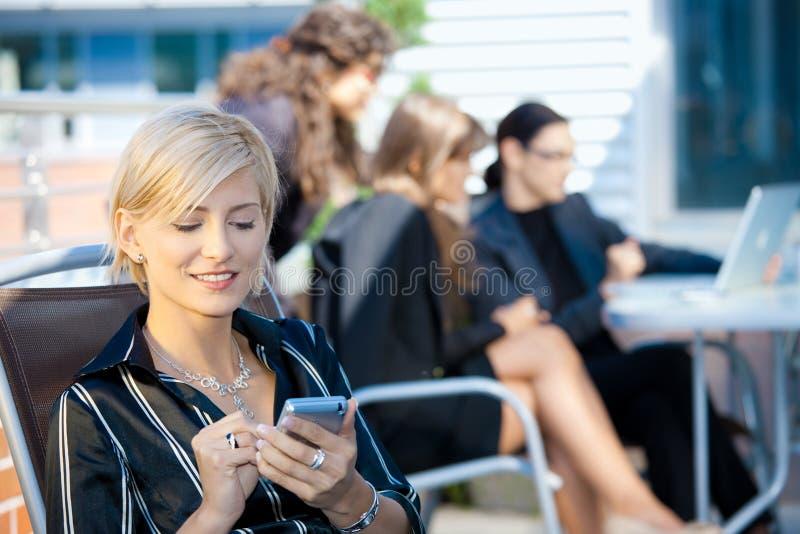smart använda för affärskvinnatelefon arkivbilder