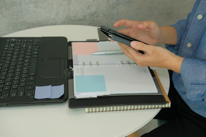 smart använda för affärsmantelefon startmanarbete i kafécoffe arkivfoton