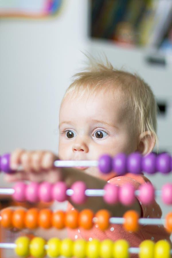 Smart behandla som ett barn att spela med leksaker Tidig utveckling royaltyfria bilder