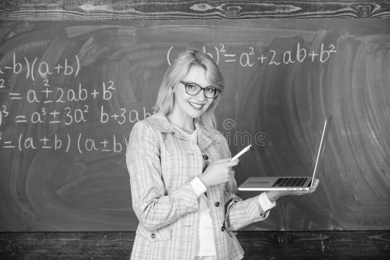 Smart dam f?r utbildare med den moderna b?rbara datorn som surfar svart tavlabakgrund f?r internet Grundl?ggande skolutbildning K arkivfoto
