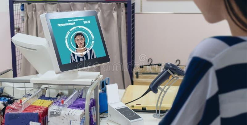 Smart detaljhandel i futuristisk iotteknologi som marknadsför begrepp, applikation för recognite för kundbruksframsida för att lo royaltyfria foton