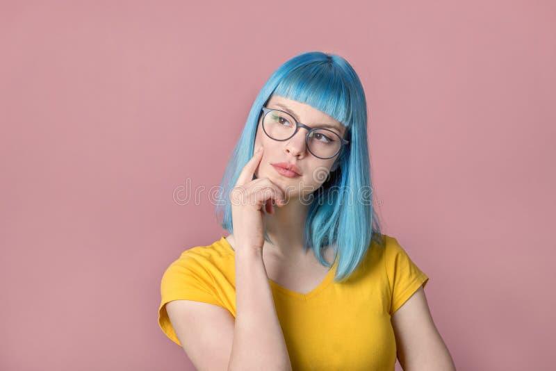 Smart die jonge vrouw kijken stock fotografie