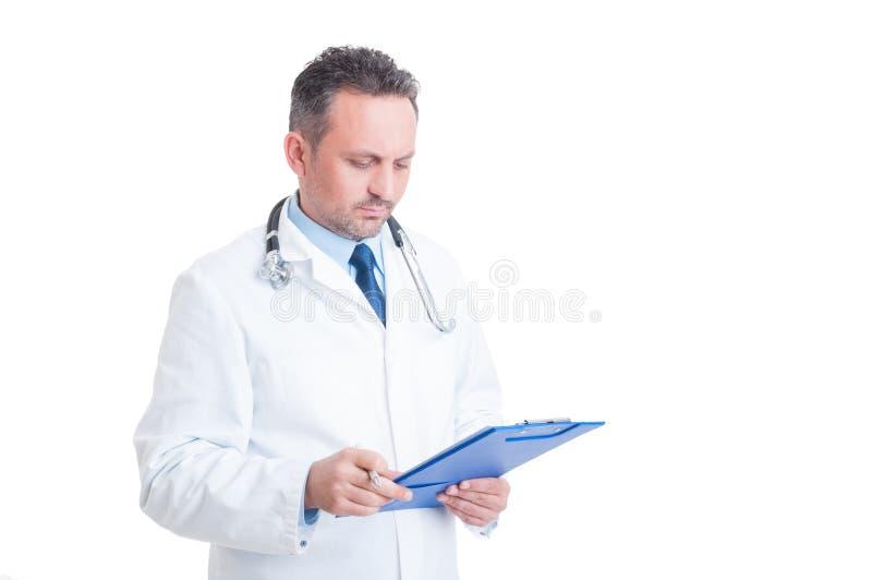Smart doktor eller läkare som analyserar dokumentet på skrivplattan arkivbilder