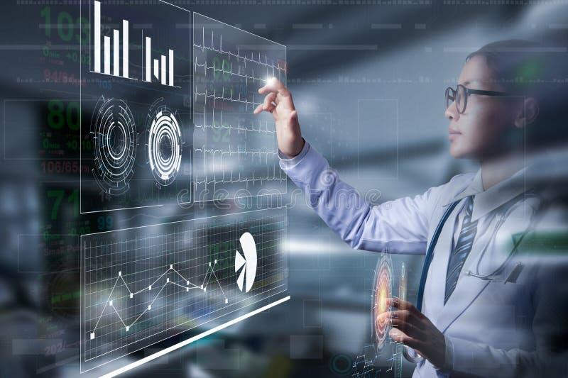 Smart doktor som rymmer handen och trycker på på skärmen av information royaltyfri foto