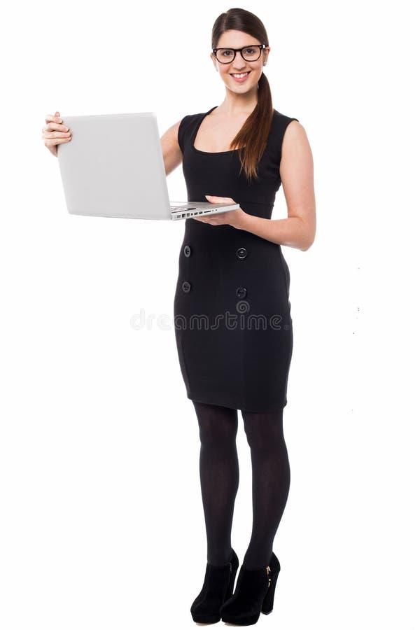Smart företags dam som rymmer en bärbar dator arkivfoto