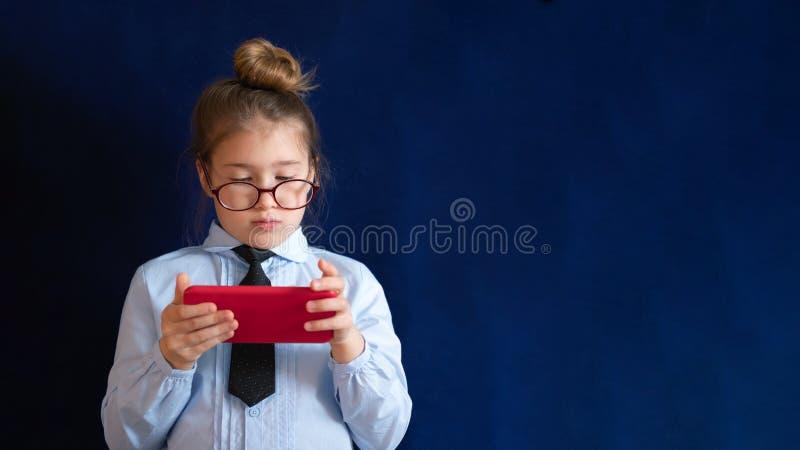 Smart förskole- flickainnehavsmartphone arkivfoto