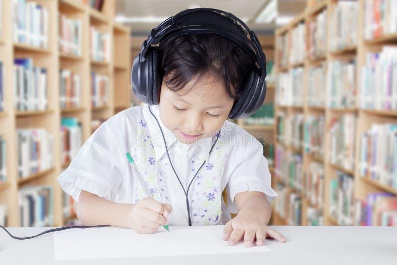 Smart grundskola för barn mellan 5 och 11 årstudent med hörlurar royaltyfria bilder