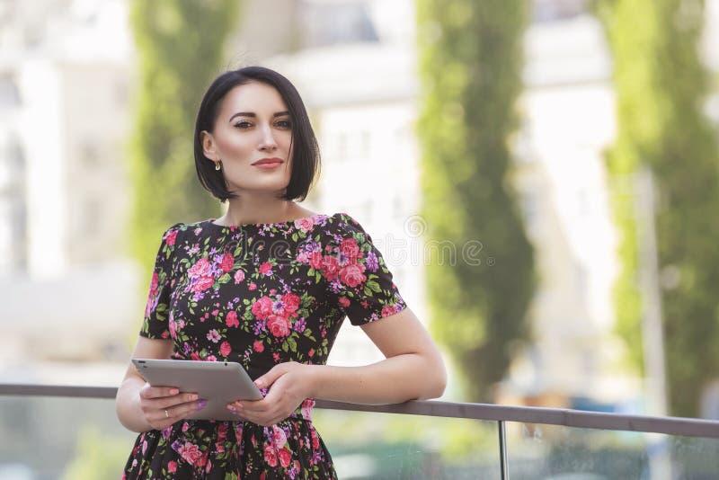 Smart härlig kvinna för caucasianpassformaffär med en stark framsida arkivbilder