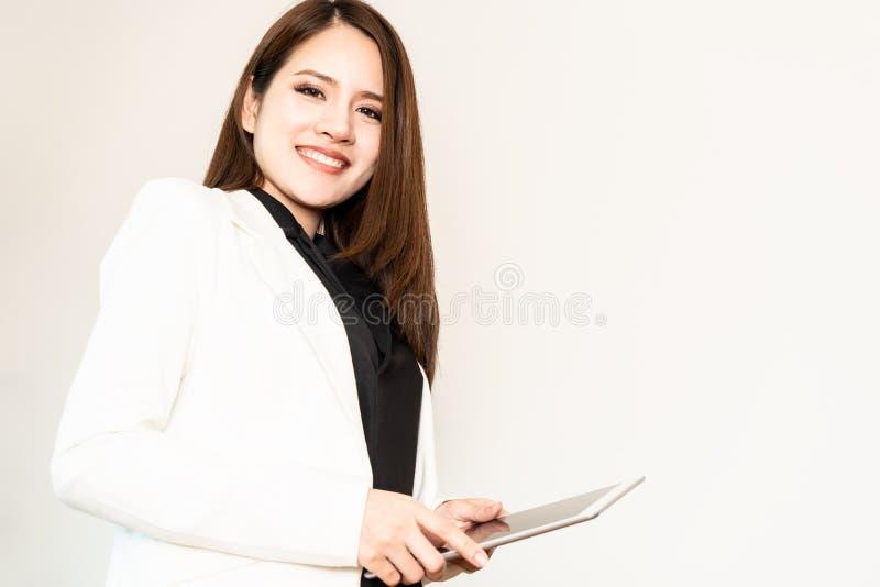 Smart hållande minnestavla för affärskvinna på vit royaltyfria foton