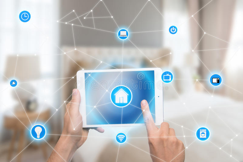 Smart hem- automation app på minnestavlan med hemmiljön i backgr arkivfoto